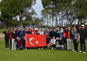 Antalya'da düzenlenen Türkiye Golf Turu'nun 3'üncü ayak mücadelesi bugün başladı. Müsabakaya katılan golfçüler turnuva öncesi Suriye'nin Afrin bölgesinde devam eden Zeytin Dalı Harekatı'na katılan askerlere destek vermek için Türk bayrağı açıp asker selamı verdi.